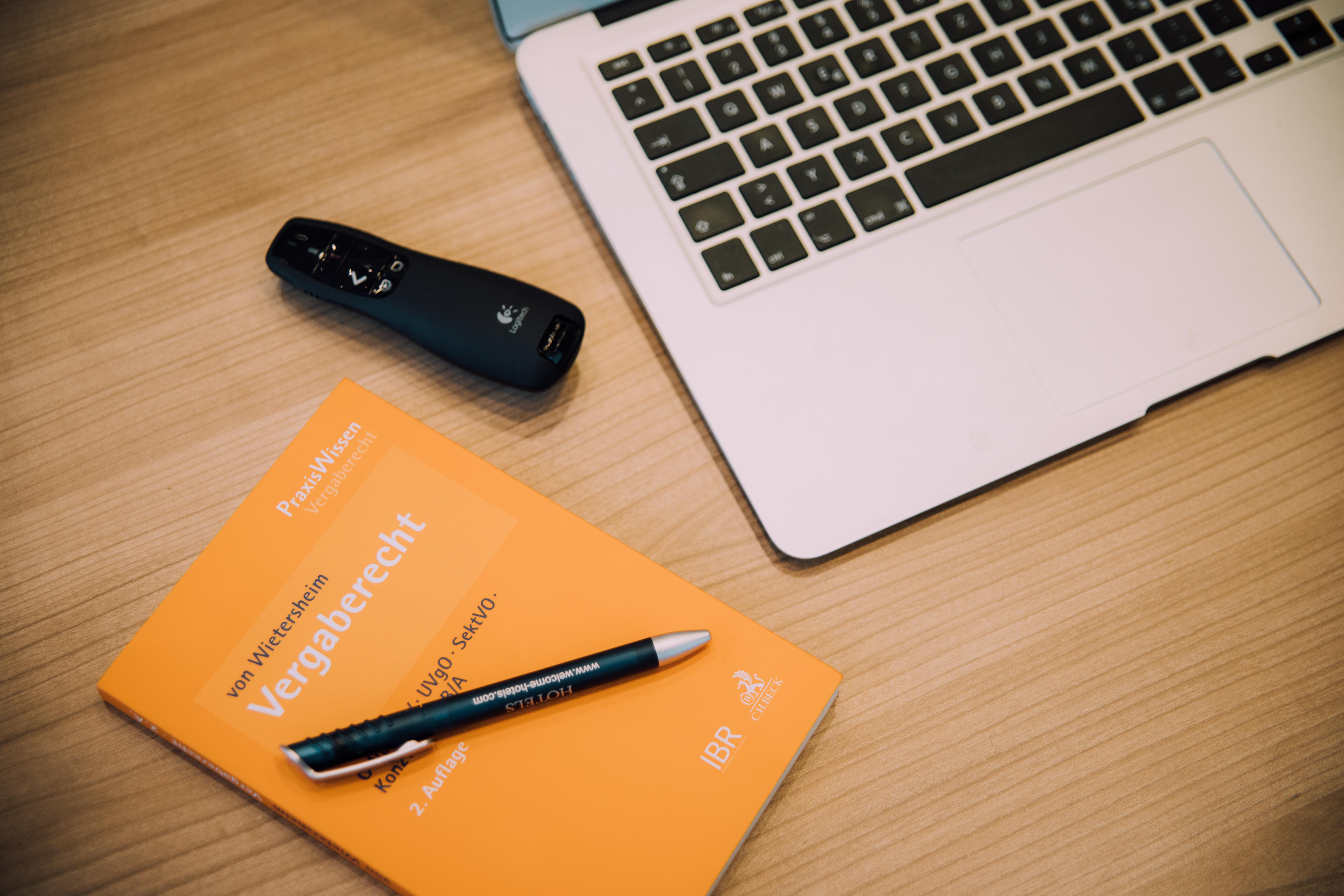 Mit dem Praxisratgeber Vergaberecht Newsletter bleiben Sie rund um das Thema Vergaberecht auf dem Laufenden.<br /> Zur Anmeldung